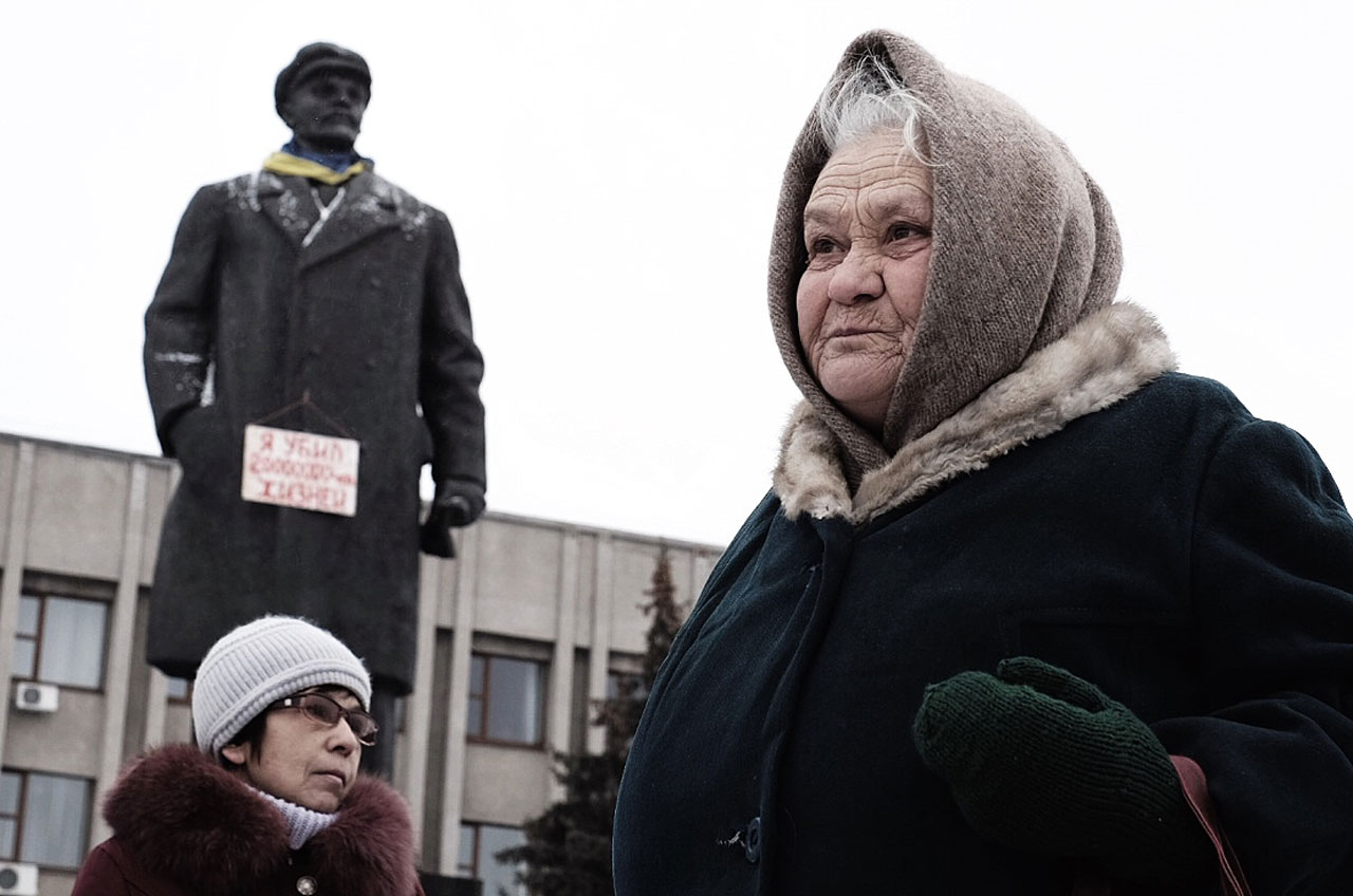 Centrum Słowiańska z pomnikiem Lenina. Na pierwszym planie babuszki-apologetki radzieckiego systemu/fot. Michał Zieliński
