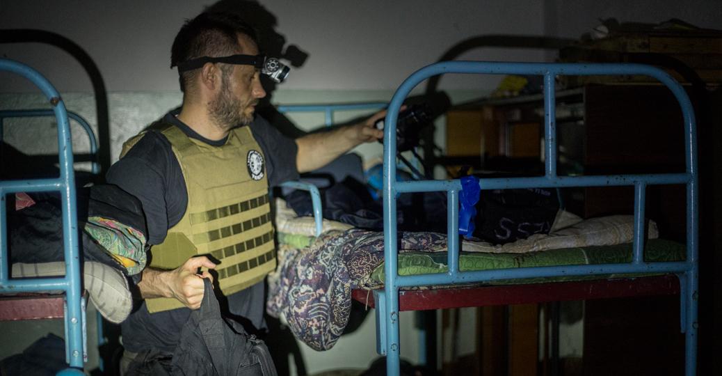 W ciemnym pomieszczeniu stało kilkanaście piętrowych łóżek/fot. Dariusz Prosiński