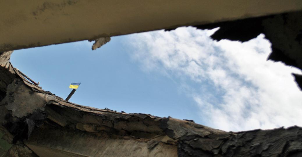 Dziury w dachu - dowód trafień pociskami ciężkiej artylerii.../fot. Marcin Ogdowski