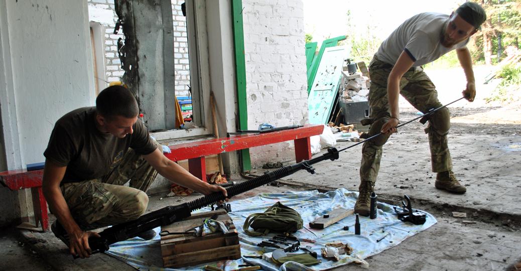Żołnierze rozkładający i czyszczący potężny karabin DSzK/fot. Marcin Ogdowski