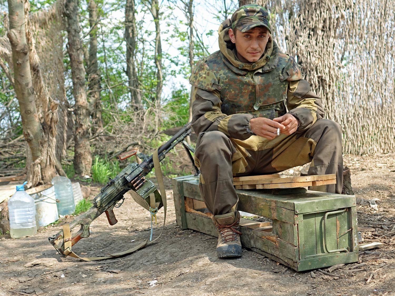 Żołnierz armii ukraińskiej na pozycjach w pobliżu Mariupola.