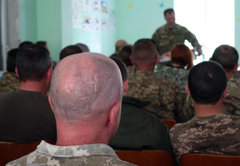 Ceremonia przekazania darów od ukraińskich wolontariuszy dla żołnierzy walczących na froncie w okolicach wsi Nowosiliewka.