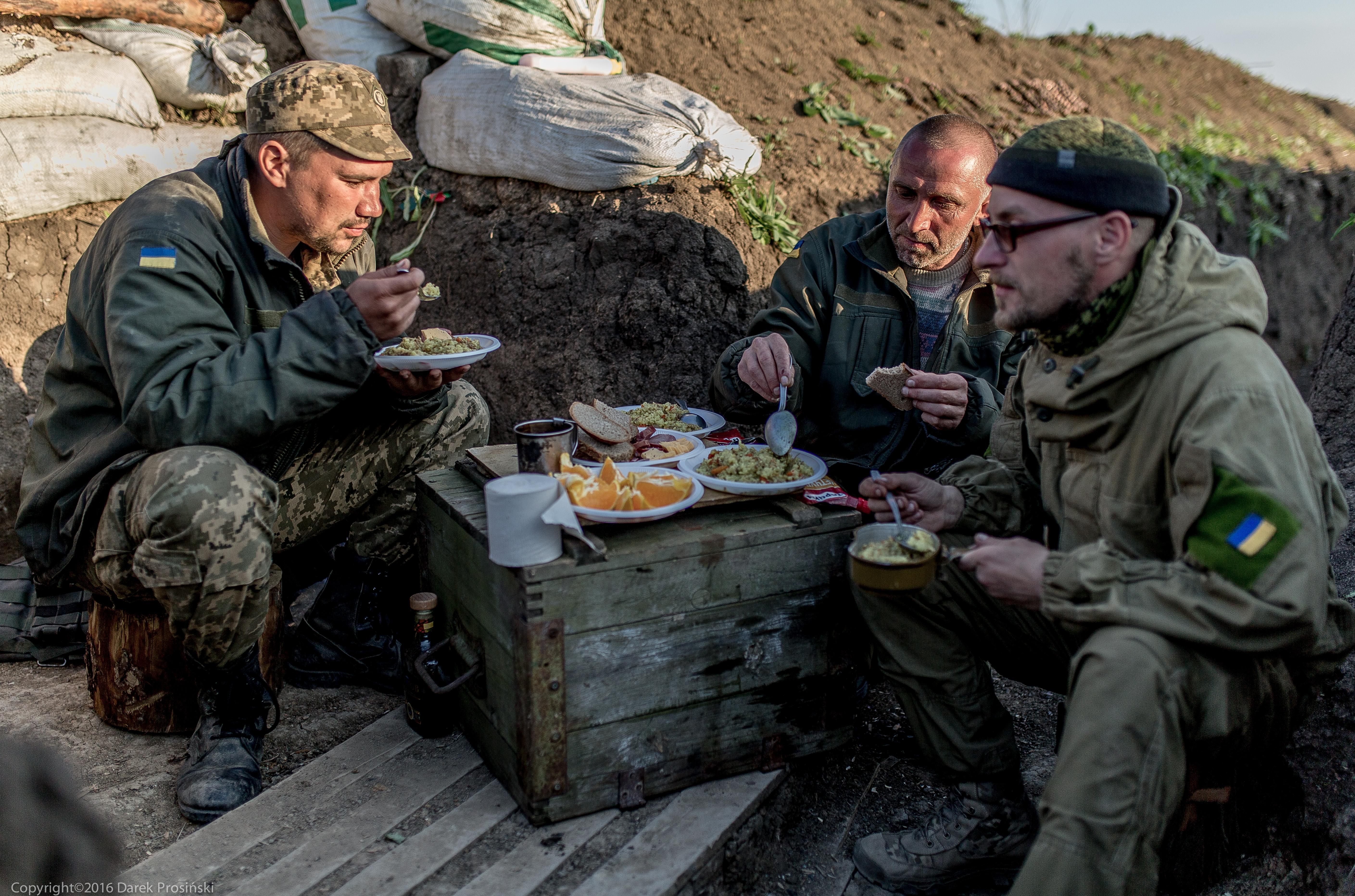 Posiłek w okopach - pozycje wojsk rządowych, południowy odcinek wschodnio-ukraińskiego frontu/fot. Darek Prosiński