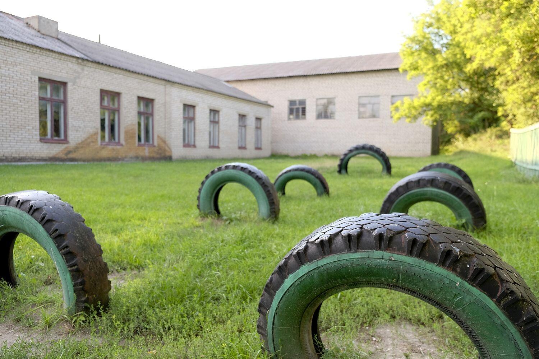 Szkoła w Małej Kawaszywasze. Dach z eternitu, nieocieplona zagrzybiona ściana.../fot. Paweł Krawczyk