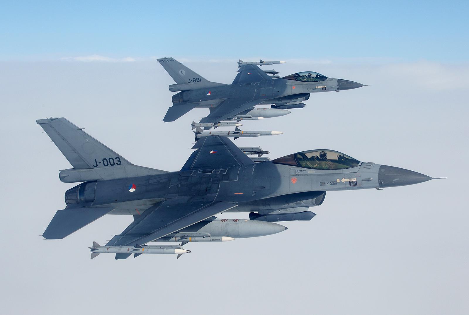 Na pierwszym planie potężnie uzbrojony Holenderski F-16 - rzadko spotykana konfiguracja czterech rakiet AMRAAM oraz dwóch Sidewinder.