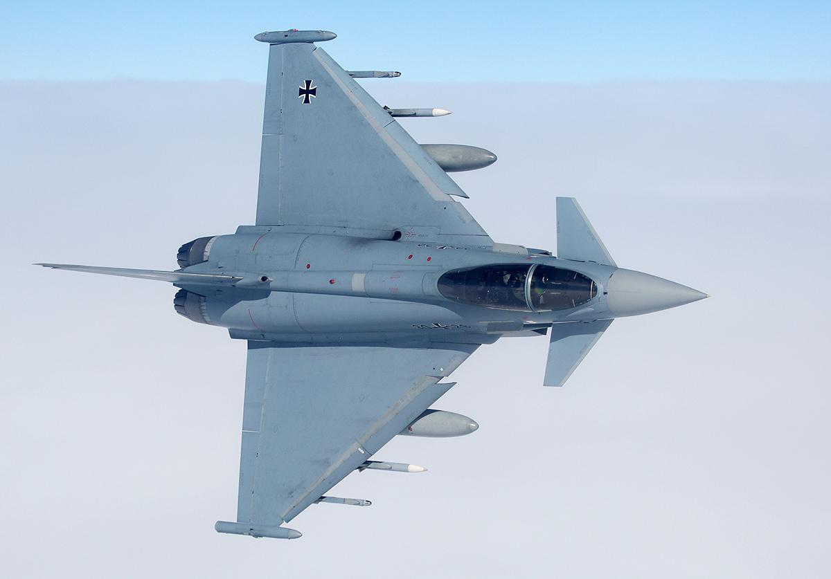 Niemiecki Eurofighter ze Skrzydła Taktycznego 71 noszącego nazwę wyróżniającą Richthofen. Zwraca uwagę kombinacja rakiet AMRAAM oraz IRIS-T.