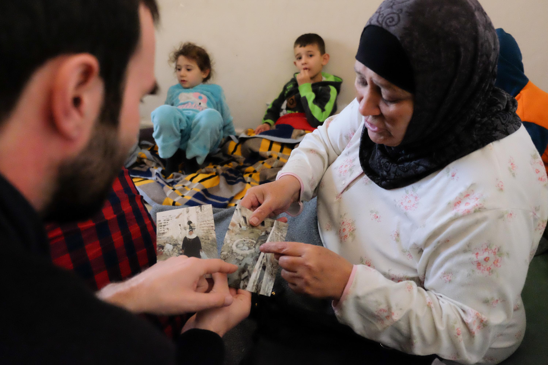 Malak wyciąga zdjęcia zrobione dwa tygodnie temu na gruzach rodzinnego domu w Aleppo/fot. Paweł Krawczyk