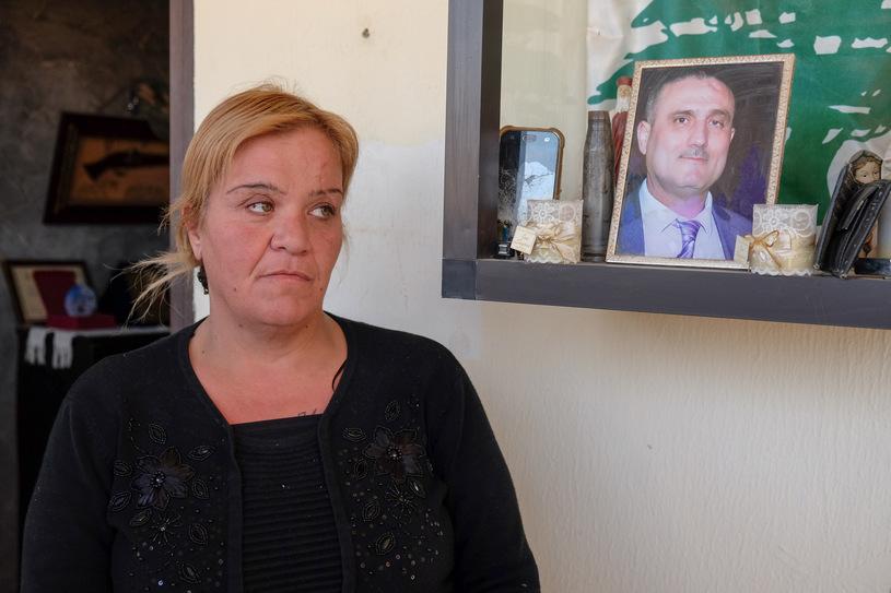 Amalia przed własnym domem. W tle wizerunek przedstawiający zmarłego tragicznie męża/fot. Paweł Krawczyk