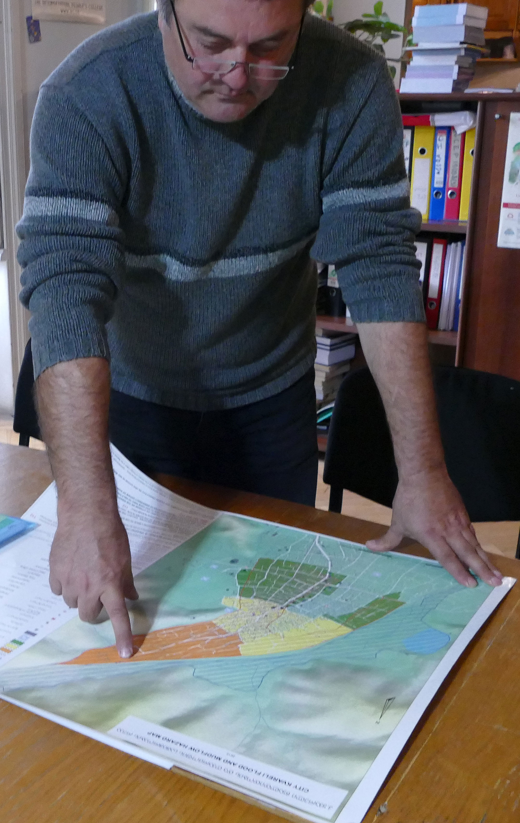 Aleko Baidoszwili pokazuje na mapie zagrożone rejony/fot. Marcin Ogdowski