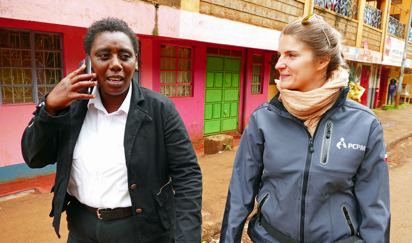 Winnie Gichuri, szefowa jednej ze strażnic, oraz Magdalena Jarocka z kenijskiej misji Polskiego Centrum Pomocy Międzynarodowej/fot. Marcin Ogdowski