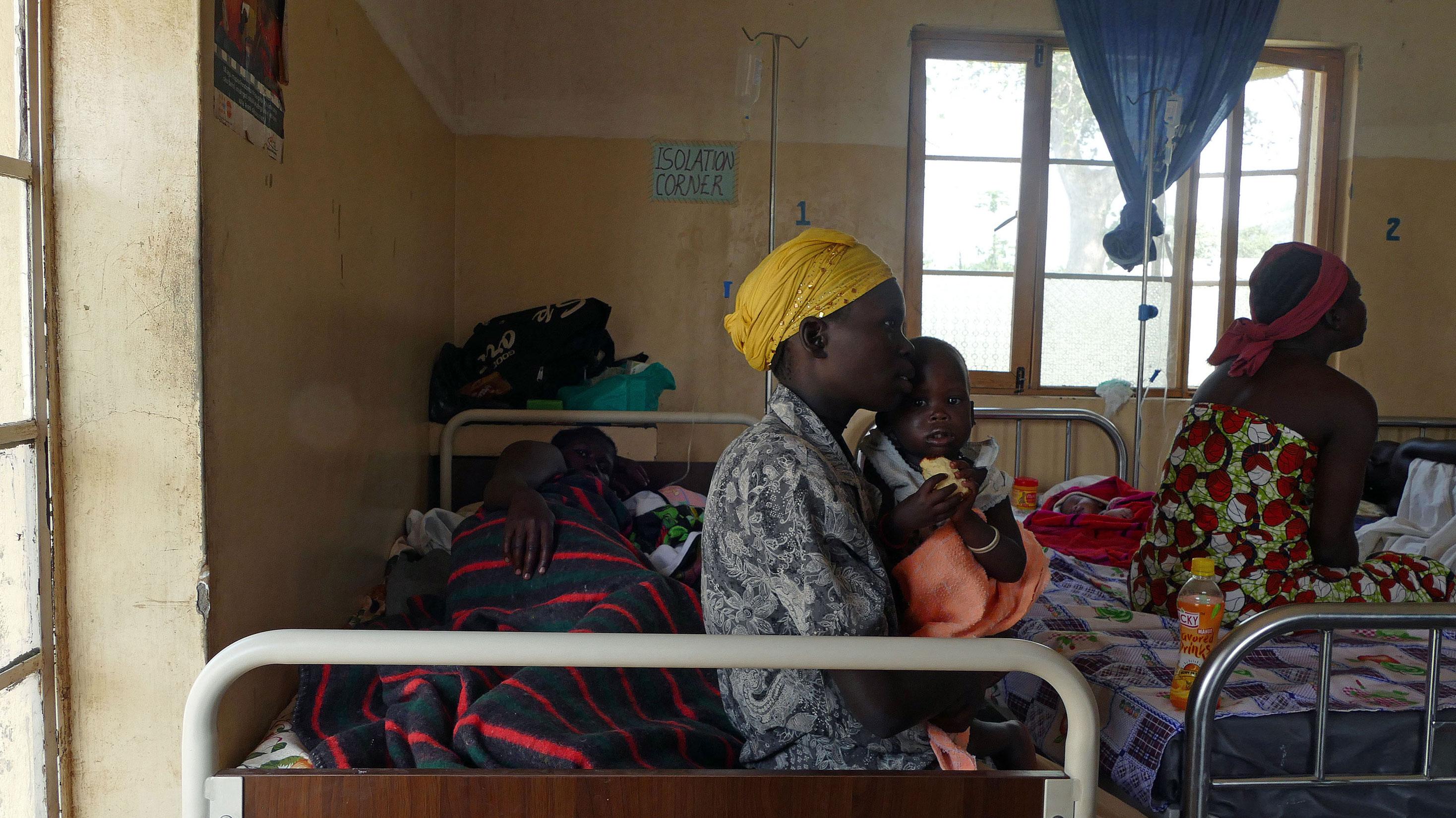 """Sala oddziału położniczego. W rogu """"izolatka"""" – pojedyncze łóżko dla pacjentki chorej na malarię/fot. Marcin Ogdowski"""