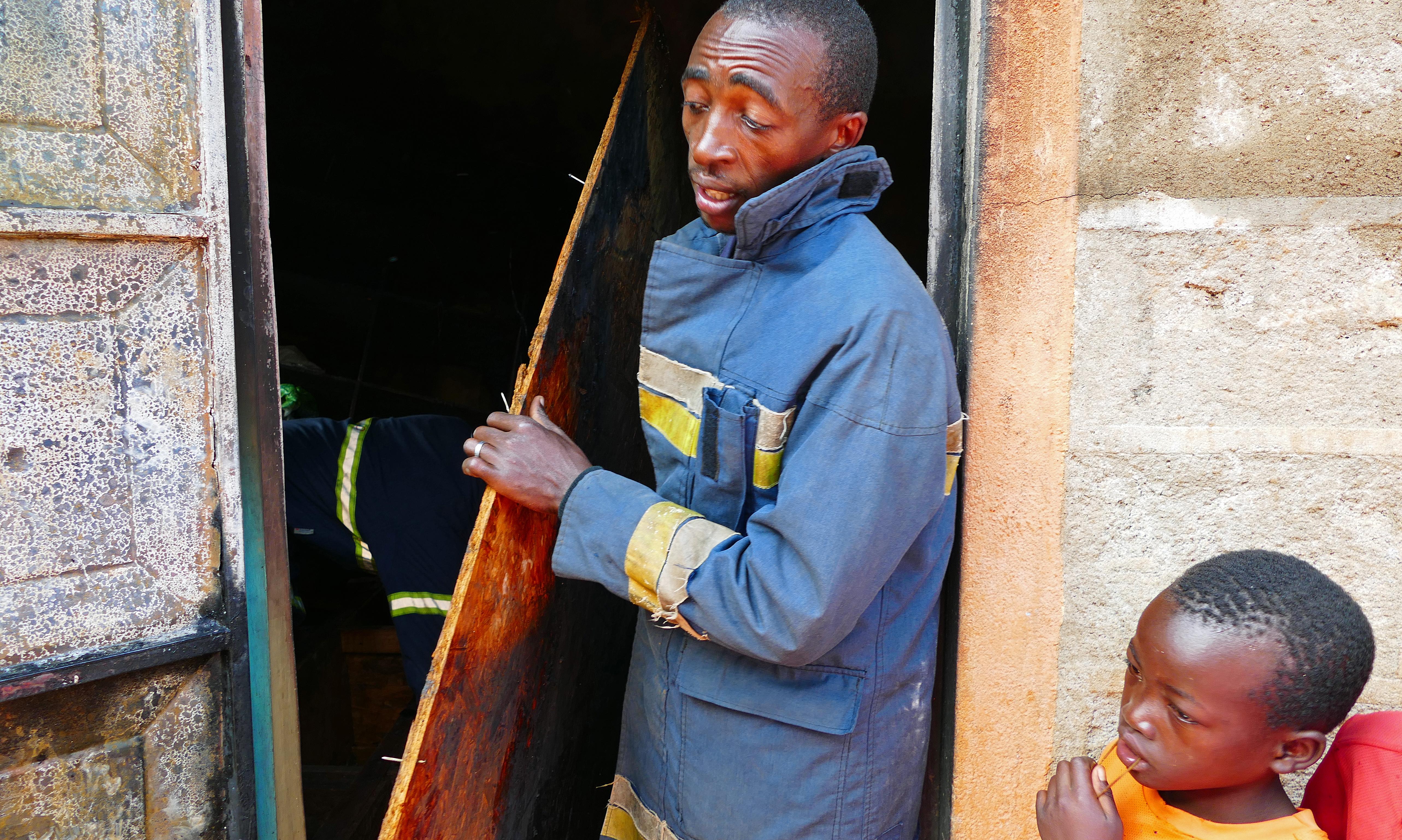 Uprzątanie miejsca pożaru w slumsowisku/fot. Marcin Ogdowski
