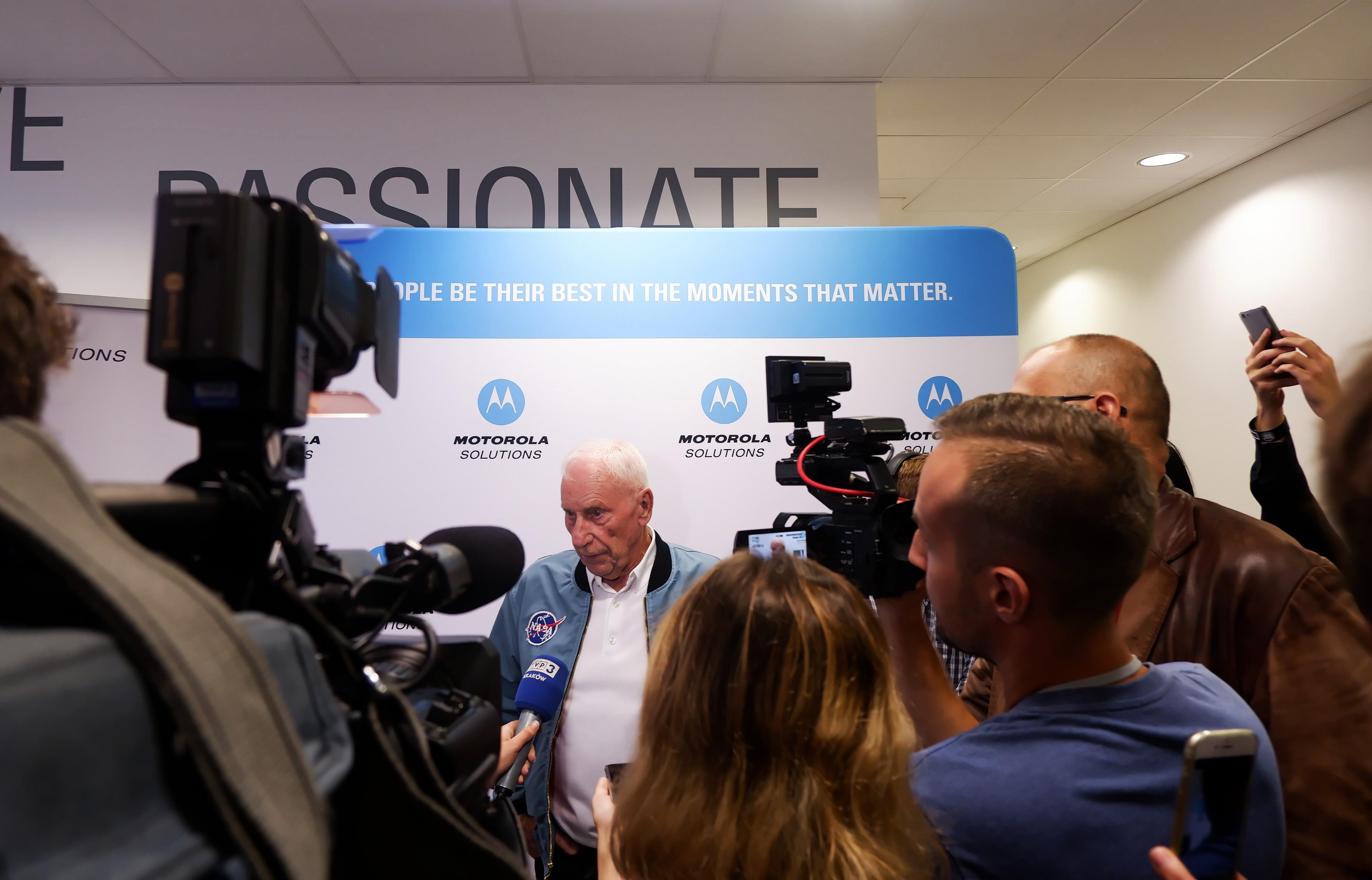 ...i odpowiadał na pytania dziennikarzy