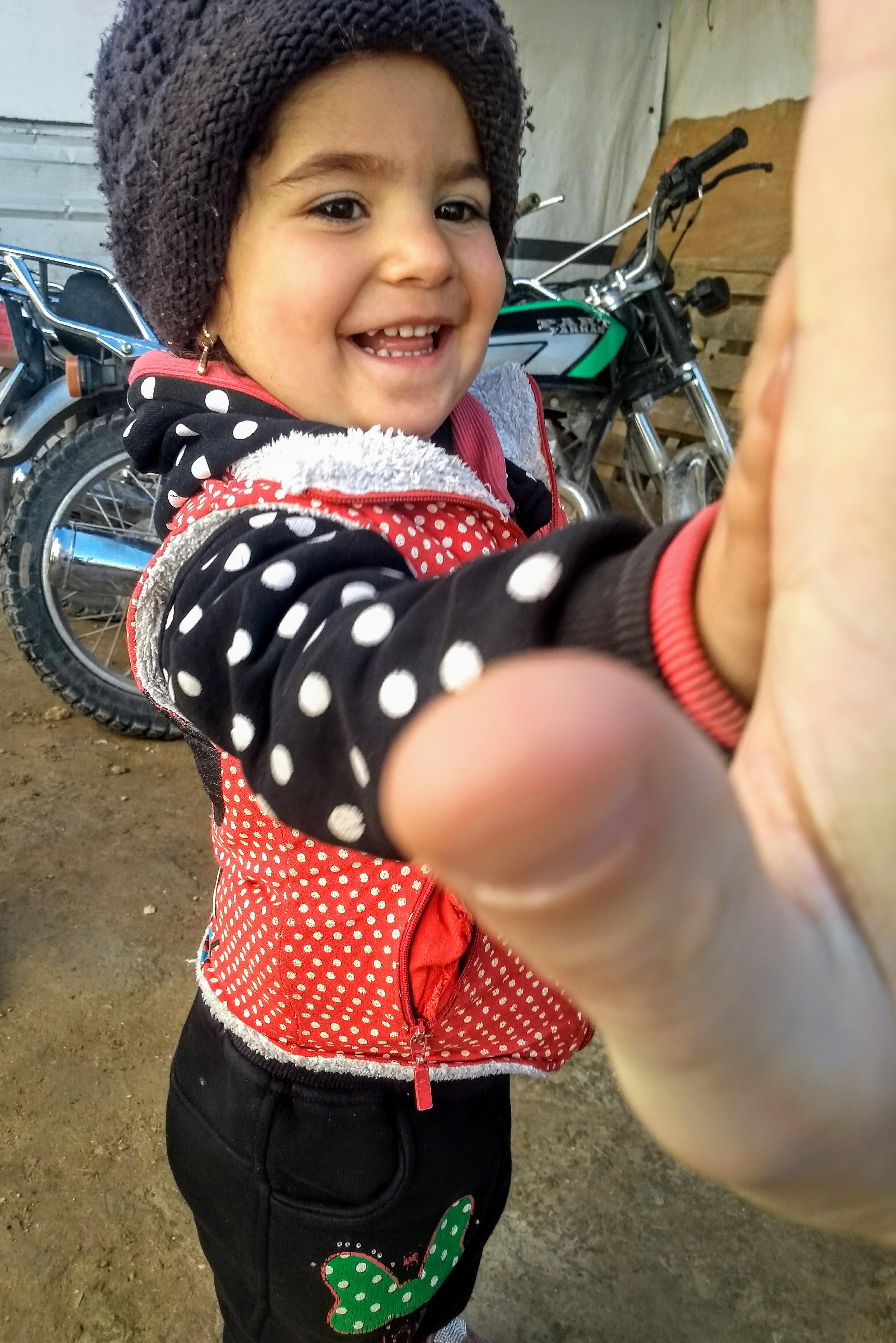 """Maalak i """"piątka"""" na pożegnanie. Takich dzieci, jak trzylatka – Syryjczyków urodzonych na wygnaniu – jest już ponad pół miliona/fot. Marcin Ogdowski"""