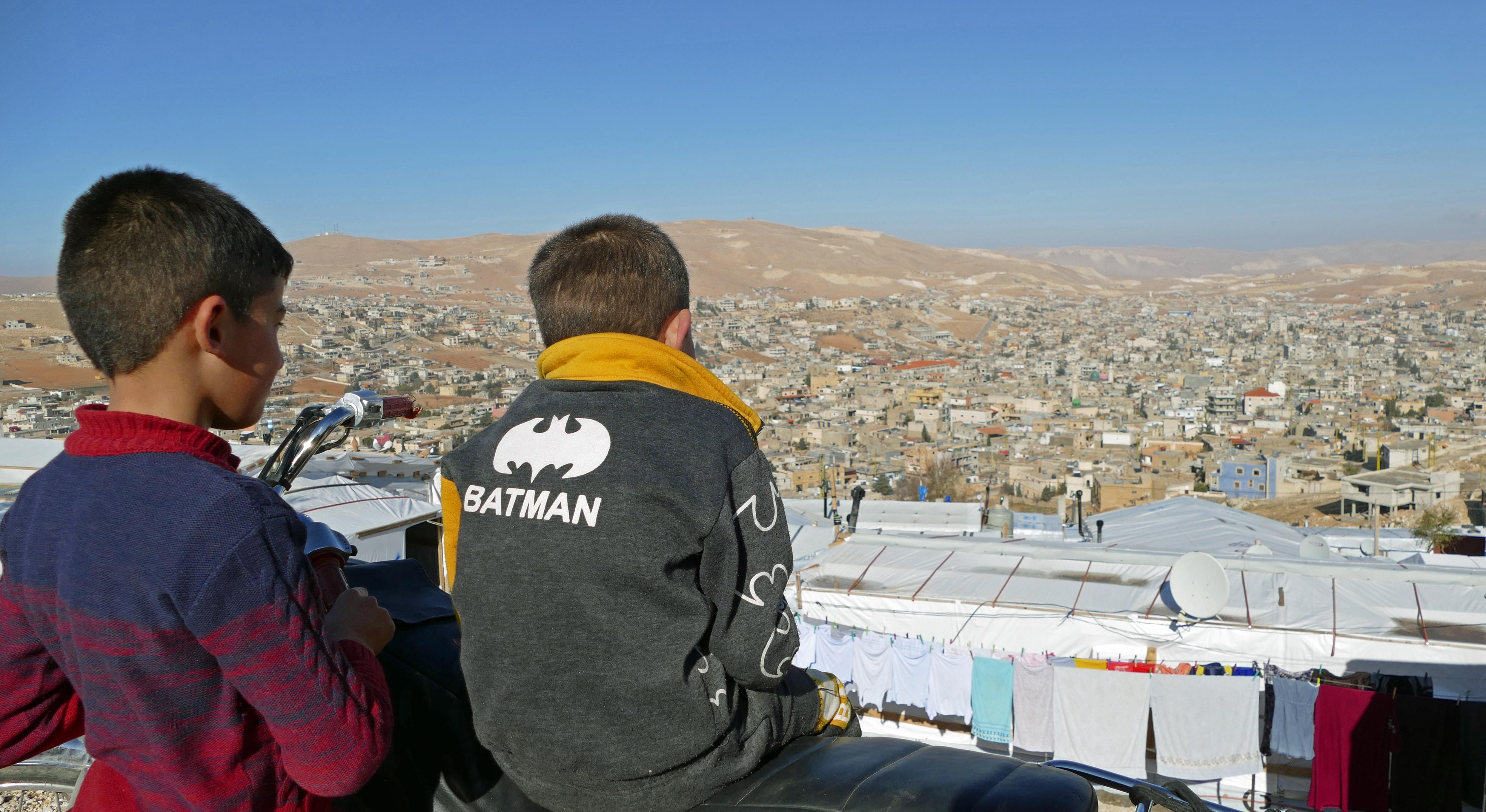 Widok na Arsal, na pierwszym planie jedno z namiotowisk/fot. Marcin Ogdowski